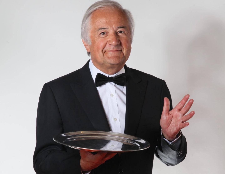 Célèbre chansonnier, Jacques Mailhot est, depuis 1995, le propriétaire du Théâtre des deux ânes, à Paris.