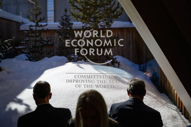"""Le Forum économique mondial, qui abandonne cette année les neiges de Davos au profit d'un format complètement virtuel, s'ouvre ce lundi. Oxfam a appelé à taxer les plus riches pour combattre """"le virus des inégalités"""", selon le titre de son rapport annuel publié lundi, et qui chaque année fait figure de piqûre de rappel pour les participants au Forum économique mondial."""