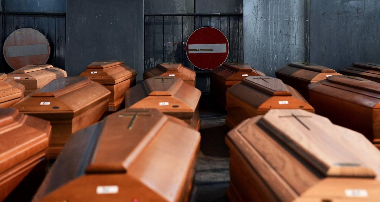 Les images choc du macabre cortège des camions militaires transportant des cercueils en pleine nuit de Bergame vers d'autres communes du nord de l'Italie ont fait le tour du monde le 18 mars 2020. Un an plus tard, cette cité martyre du coronavirus continue à panser ses plaies.