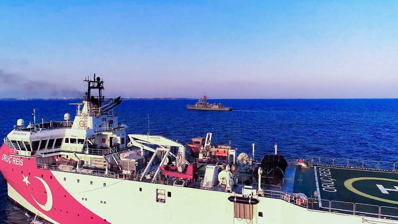 Une photo du ministère de la Défense turque montre le navire scientifique Oruc Reis en Méditerranée escorté par des vaisseaux de guerre en août 2020. Les tensions sont étaient alors au plus haut entre la Grèce et la Turquie en Méditerranée.