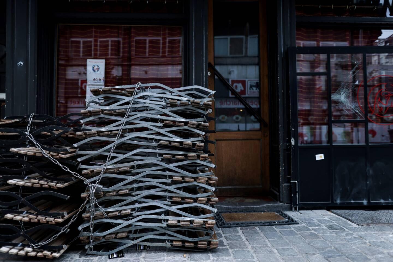 """En """"rage"""" contre la fermeture des cafés et restaurants décidée par les autorités belges pour combattre la pandémie, une patronne de bar passe depuis mardi ses jours et ses nuits dans son établissement, s'alimentant à peine en signe de protestation."""