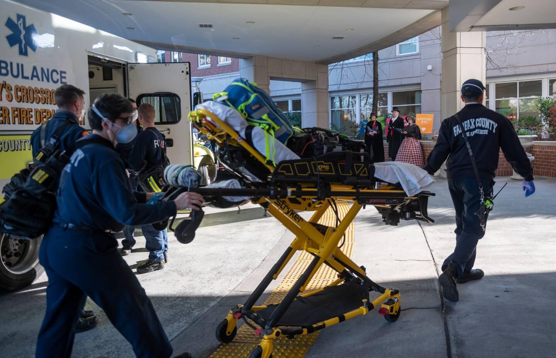Des ambulanciers en intervention dans une maison de retraite à Arlington en Virginie.