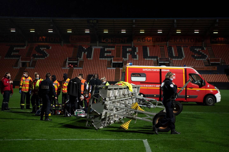 Un jardinier du club de Lorient a été très grièvement blessé par la chute d'un appareil de luminothérapie destiné à réchauffer la pelouse après le match Lorient-Rennes (0-3), dimanche soir au stade du Moustoir.