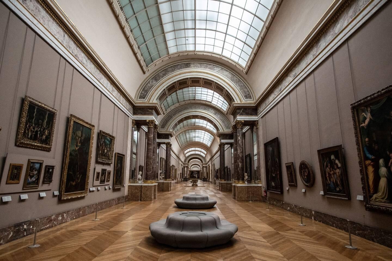La Grande Gallerie du musée du Louvre à Paris.