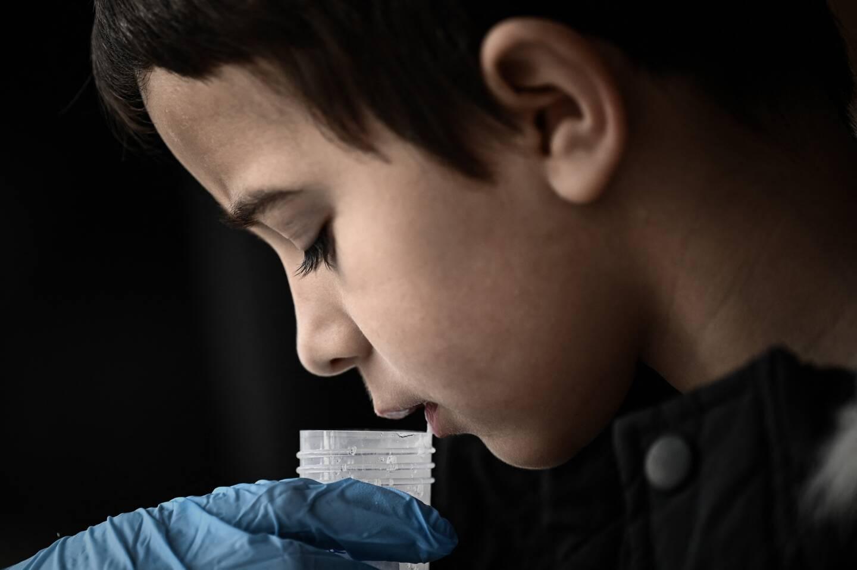 Illustration test salivaire d'un écolier.