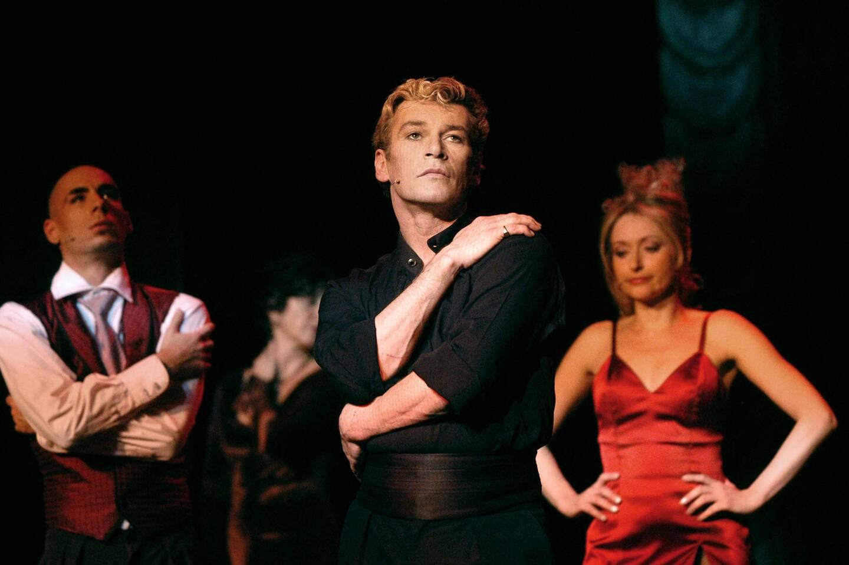 """Patrick Dupond à Paris en 2003 dans la comédie musicale """"L'Air de Paris""""."""