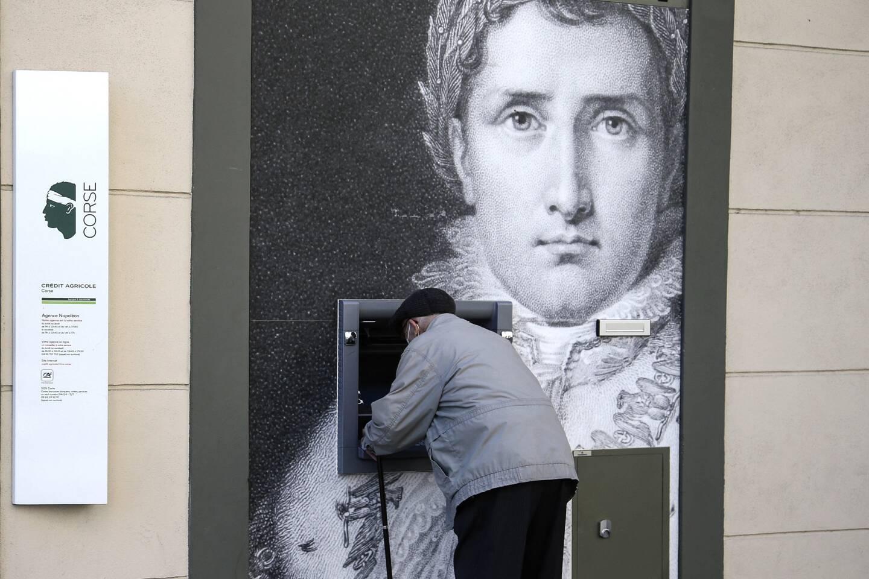"""Deux siècles après sa mort, Napoléon continue d'alimenter les passions: """"l'empereur des Français"""", mort déchu et en exil à 51 ans après avoir dominé l'Europe, voit encore aujourd'hui s'affronter partisans et adversaires."""