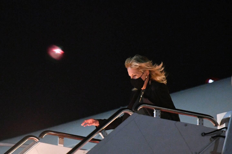 Jill Biden qui descend d'un avion.