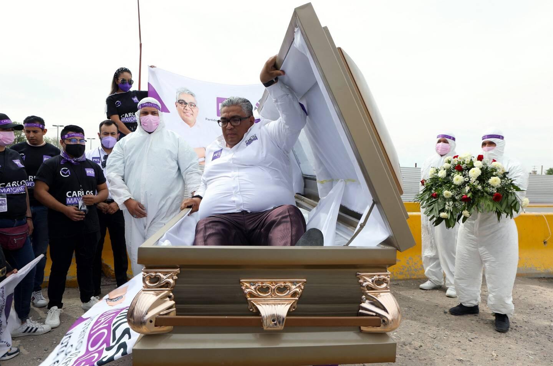 Carlos Mayorga a débuté sa campagne dans un cercueil en signe de protestation.