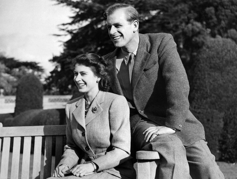 Philip et la princesse Elizabeth en 1947, un demi-siècle avant la photo précédente.