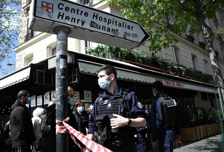 """""""On a beaucoup de personnes choquées à l'intérieur"""", a expliqué à l'AFP un employé de la Croix-Rouge."""