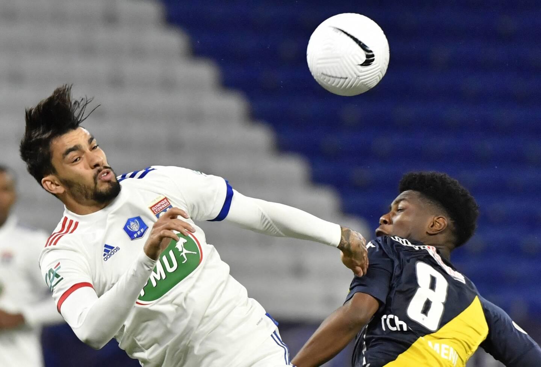 Le Monégasque Aurélien Tchouaméni et le Lyonnais Lucas Paqueta au duel lors du quart de finale de Coupe de France.