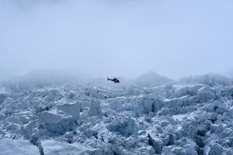 Un hélicoptère survole l'Everest. Illustration.