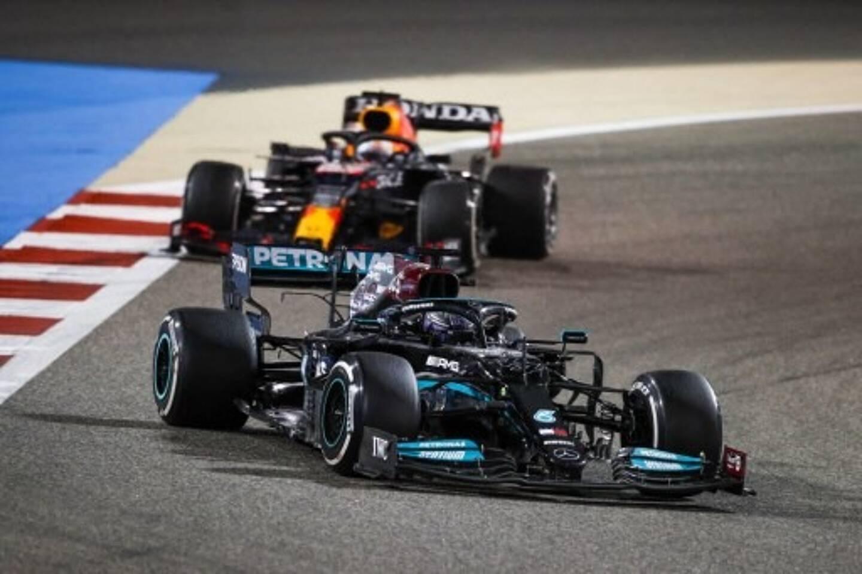 Lewis Hamilton au volant de sa Mercedes.