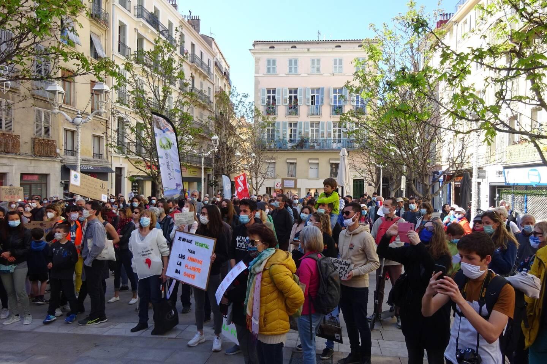 Environ 350 personnes ont défilé à la veille de l'examen au Parlement d'un projet de loi très critiqué pour les défenseurs de l'environnement.