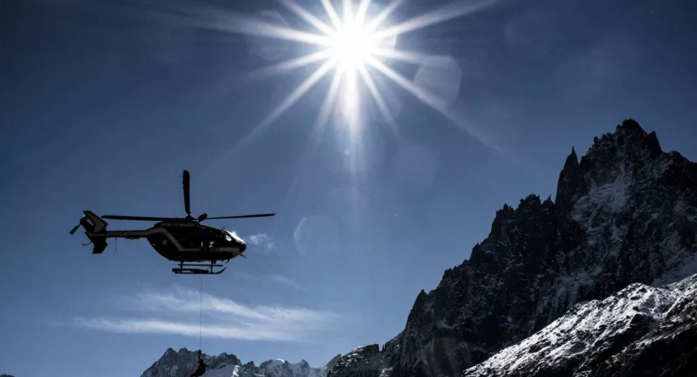 Un hélicoptère en haute-montagne