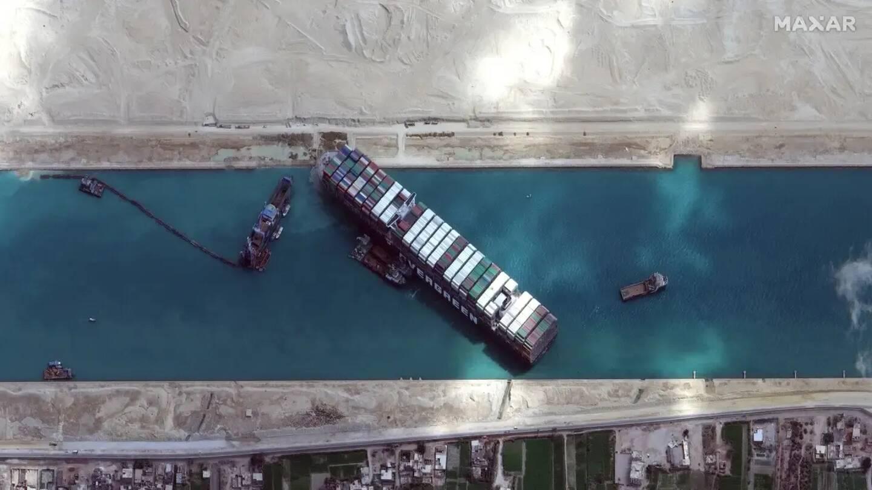 Image satellite diffusée le 28 mars 2021 par Maxar Technologies du porte-conteneurs Ever Given bloquant le canal de Suez.