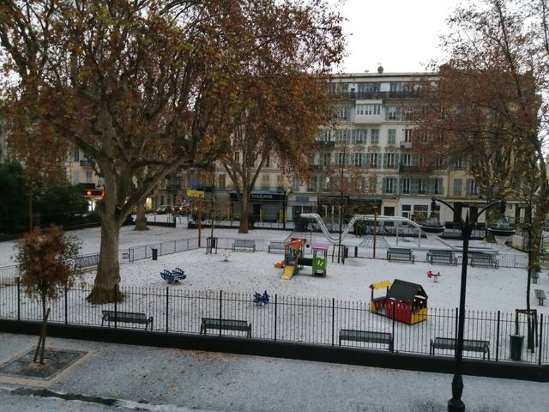 Une fine couche de neige est même apparue par endroits.