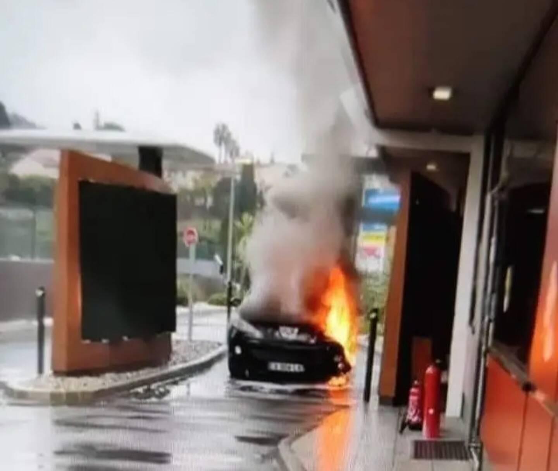 Le véhicule a pris feu par l'avant.