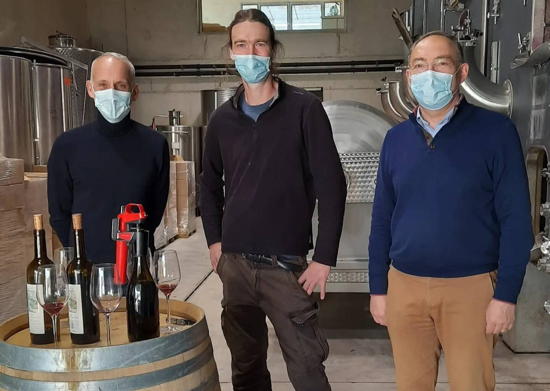 Le vigneron Roch Sassi (au centre) aux côtés de Loïc Dombreval et du maire, René Briquetti.