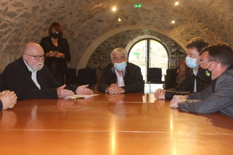 Le maire de Méounes, Jean-Martin Guisiano, le président de l'agglo Provence verte, Didier Brémond et plusieurs sociétés de transports, autour de la table, ont trouvé un compromis pour sortir de l'impasse.