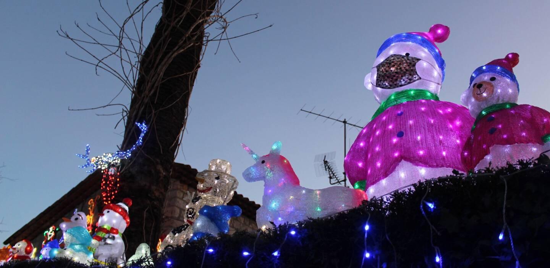 Un bonhomme des neiges masqué s'est invité dans la décoration.