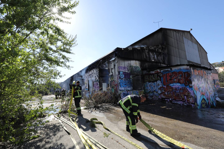 Les pompiers sont intervenus rapidement pour éteindre l'incendie de cet entrepôt désaffecté.