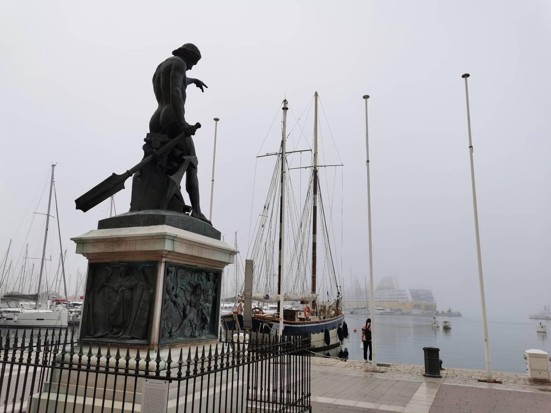 La statue de Cuverville ce jeudi matin, dans le brouillard à Toulon.