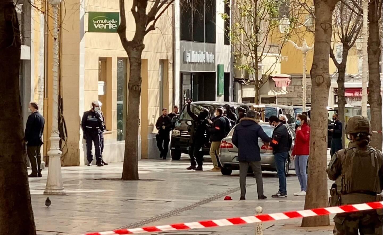 Un homme a été interpellé par le Raid à Toulon ce lundi après-midi, après qu'une tête a été retrouvée dans un carton qui a été lancé par la fenêtre d'un appartement dans le centre ville.