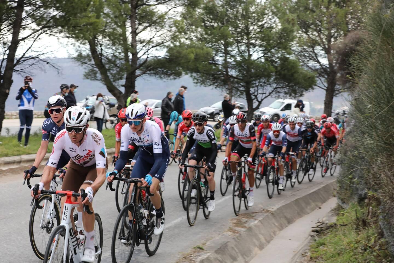 Les coureurs dans la montée de Gourdon.