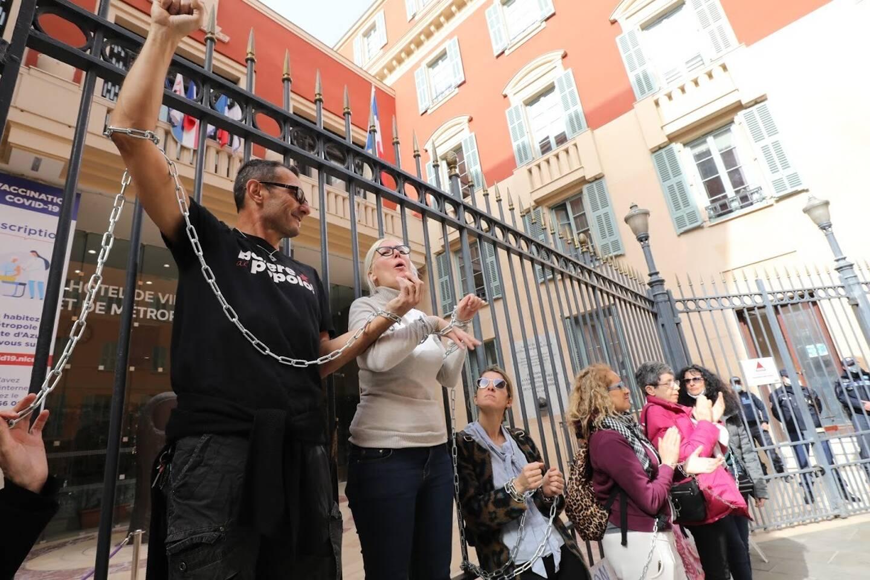 En signe de contestation, les manifestants se sont enchaînés aux grilles devant la mairie.