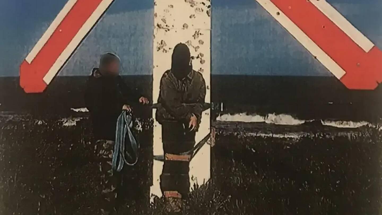 Encagoulé, la jeune recrue a été attaché sur une cible du champ de tir de la base aérienne de Solenzara. La scène a été filmée.