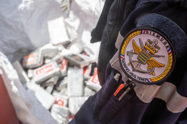 Du 2 février 2021 au 23 avril 2021, le porte-hélicoptères amphibie (PHA) Dixmude participe à la mission Corymbe dans le Golfe de Guinée. À cette occasion, il a intercepté dimanche le cargo Najlan (ici au premier plan) à bord duquel 6 tonnes de cocaïne ont été saisies.
