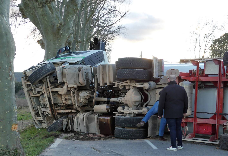 En se couchant, le camion et son chargement ont heurté une voiture qui circulait en sens inverse.