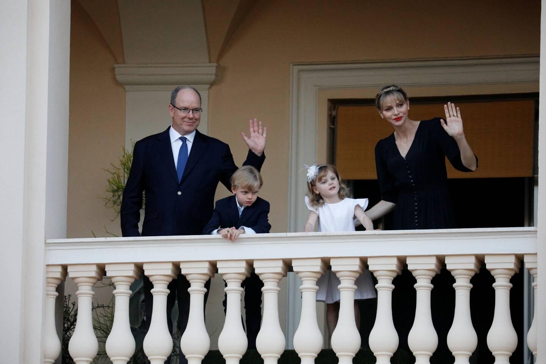 Au sortir du confinement, quand les activités populaires commencent à reprendre, la famille princière apparaît au balcon du Palais, pour célébrer la Saint-Jean.