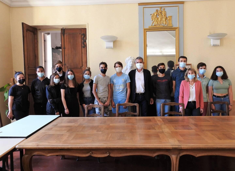 Deux semaines de travail en échange de cinq jours de vacances: c'est le deal proposé par la mairie de Saint-Maximin à 14 jeunes.