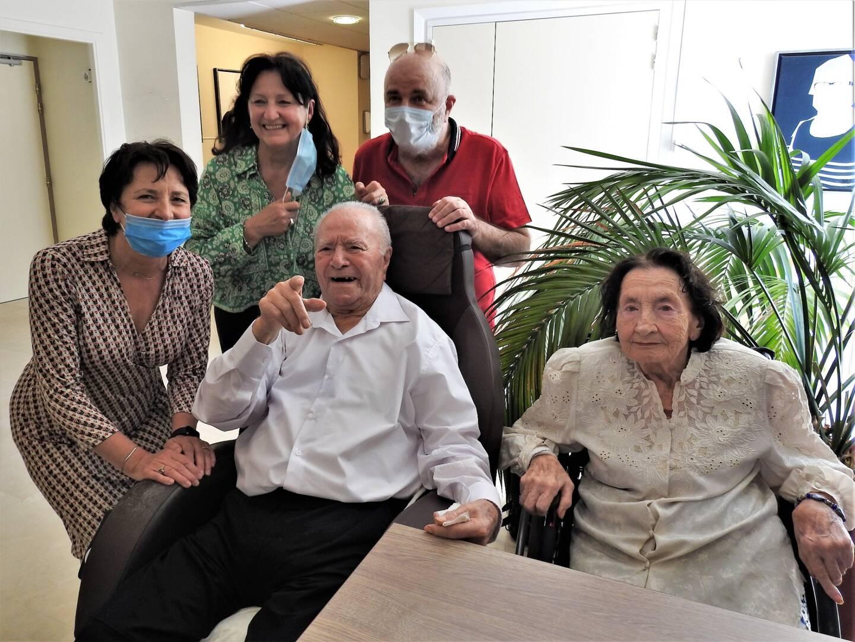 Gabriel Ferrero entouré de Giuliana, son épouse depuis 65 ans, et de leurs enfants.