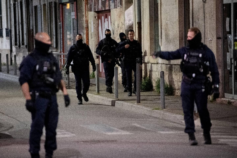Des policiers sur les lieux du meurtre d'un de leurs collègues lors d'une opération anti-stupéfiants à Avignon, le 5 mai 2021.