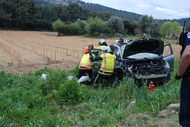 La conductrice a fait plusieurs tonneaux avant de finir sa course dans un muret.