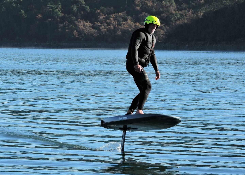 Le surf électrique, la nouvelle activité du Lac de Saint-Cassien.