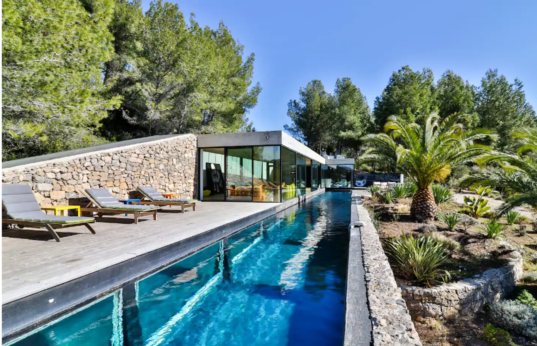 La piscine mesure 28 m de long pour 3 m de profondeur.