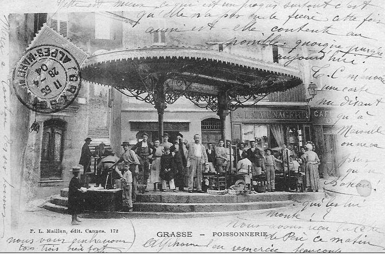 En 1904, une activité intense règne sur la place.