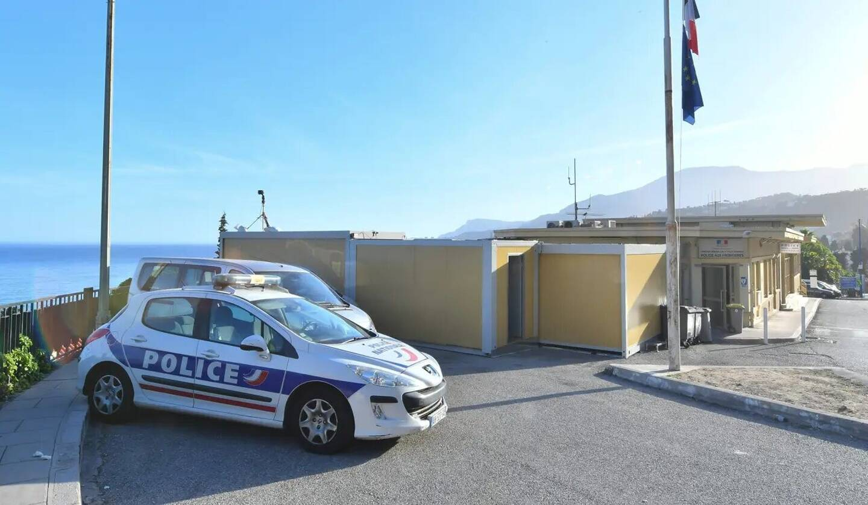 """HRW déplore aussi la rétention """"abusive"""" voire """"traumatisante pour les enfants"""" des personnes refoulées dans des préfabriqués de la police aux frontières française."""