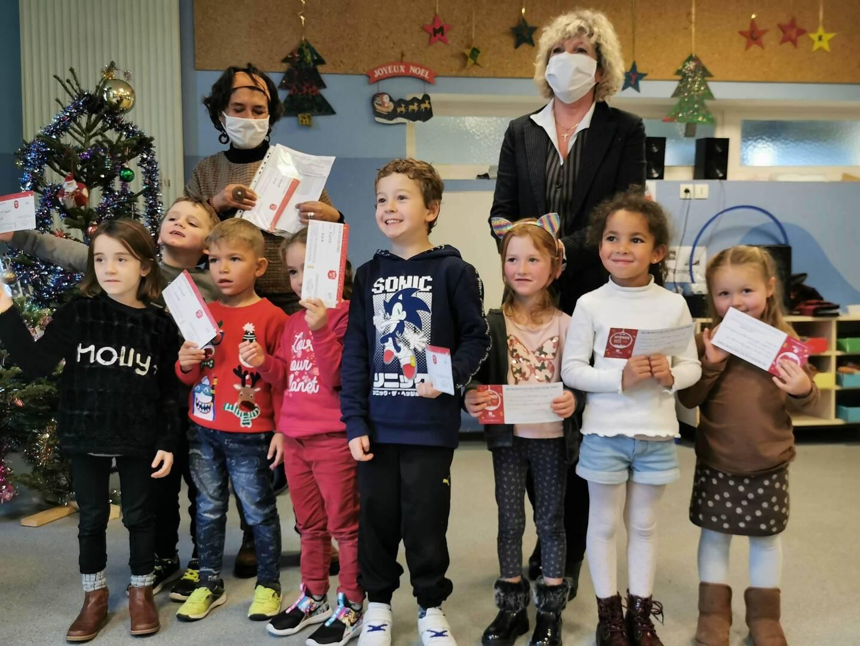 Lancement, vendredi, de la distribution des bons d'achat par les élus (ci-dessus à droite Edwige Marino) à l'école des Vieux-Salins.