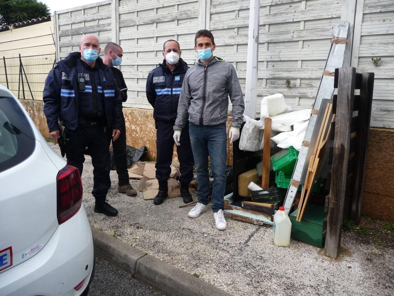 Samedi, sur le lieu du dépôt sauvage, le maire Arnaud Latil (à droite) en compagnie des agents de la police municipale. Il est bien décidé à faire cesser ces comportements irresponsables.