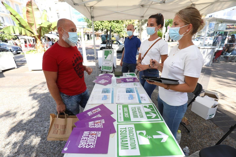 Une équipe communale a accueilli les passants sur leur stand des Allées de la Liberté en août dernier pour parler du risque tsunami.