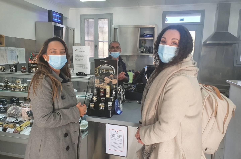 Margaux Guinand et Jessica Torres du bureau d'étude Immergis sont allés à la rencontre des habitants et commerçants comme Sandro Trami.