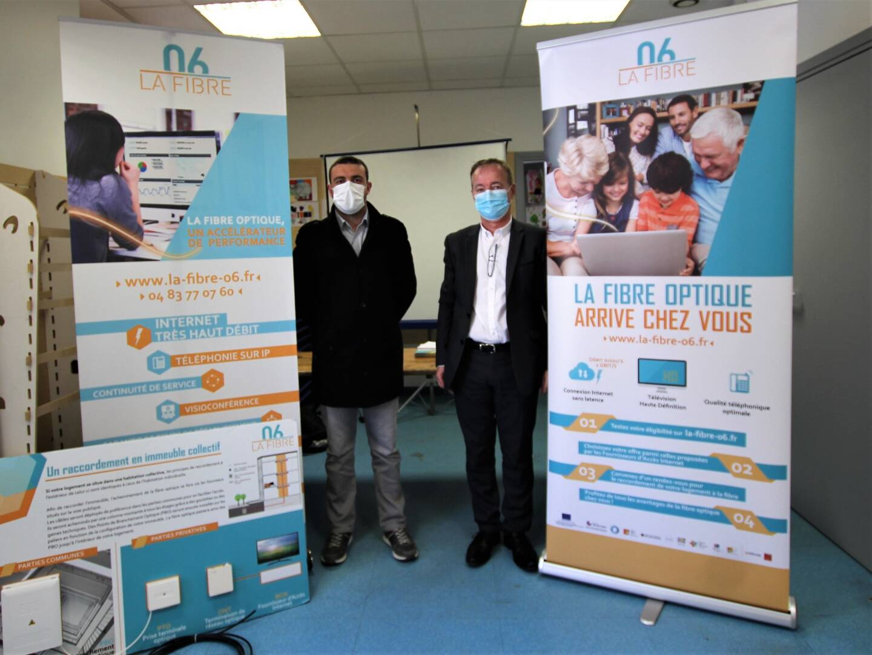 """Sébastien Olharan, maire de Breil-sur-Roya et Alain Comma représentant """"Altitude Infrastructure"""", le gestionnaire réseau en charge du déploiement de la fibre dans toute la vallée."""
