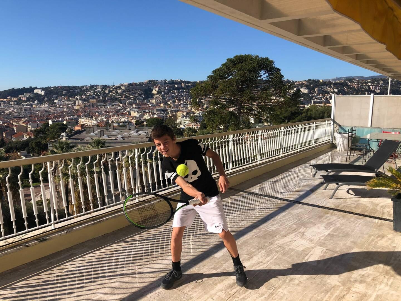 Tous les jours, Matteo se fixe un planning de cours à étudier. Entre deux leçons et avant de filer à ses entraînements, il travaille ses coups droits sur sa terrasse...