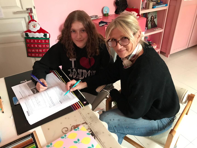 Lisa-Lou et Élise, heureuses de l'école à la maison.